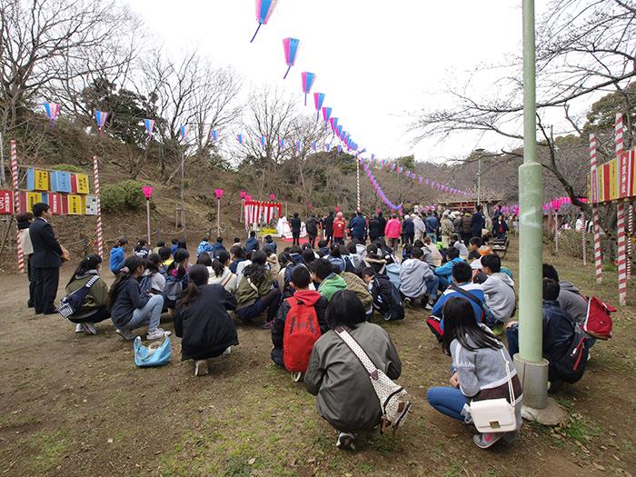 忠犬タマ公像除幕式で待機する子どもたち