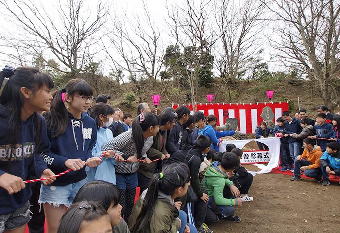 除幕!衣笠小学校の卒業生たち